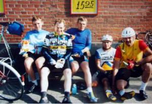 Fem ryttere som ikke kendte hinanden inden de 1000 km. Pause i Vildbjerg. Fra venstre Jens Lausten Hansen, Kurt, Helge Krogh, Jens Brandt og Jørgen