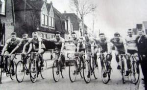 1959: Jørgen Rudolf Hansen med sine ryttere. Fra venstre:Bent Reimer, Kristian Pedersen, Gert Sahlmann, Robert Becker, Poul Lassen, Svend Jacobsen, Erik Storm, Erling Kristensen og Peder Marcussen.