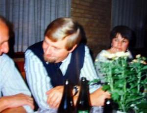 Gunnar Marcussen og Jørgen Dahl snakker om manden der glemte han havde konen med til fest. Nina Marcussen ses i baggrunden.