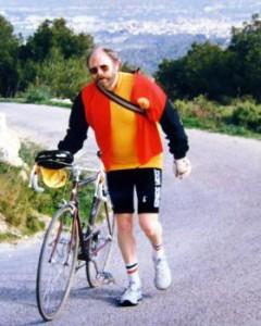 Karl Th. Andersen trækker en cykel på Mallorca.