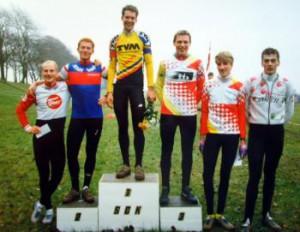 Michael Guldhammer har også kørt crossløb i Sønderborg. På skamlen fra ventre Carl Christian Petersen (Calle), Herning, Peter Meinert, TVM og Michael Guldhammer, Kolding.